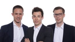 Das Team des neutralen Online-Versicherungsbrokers esurance.ch (v.l.n.r.): Marcos Miramontes, Leiter Finanzen, Lukas Brülhart, Versicherungsexperte, und Giles Magnin, Geschäftsführer.