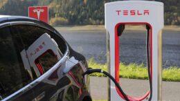 Tesla Model 3 am Supercharger