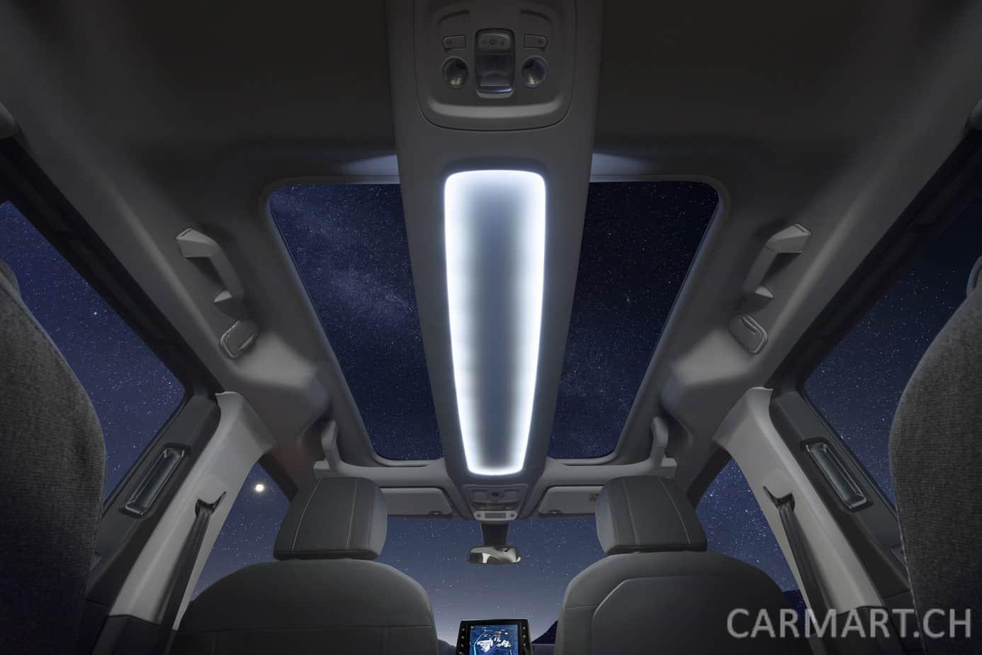 The sky's the limit: Mit dem optionalen Panoramadach werden Insassen des neuen Opel Combo Life wahrlich Sterne zu sehen bekommen. Das durch LEDs beleuchtete Regal bietet noch mehr Ablagefläche.